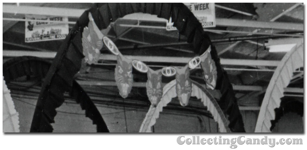 1953 Halloween Grocery picture - black cat decoration close-up